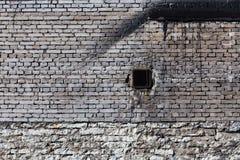葡萄酒有透气的砖墙 免版税库存照片
