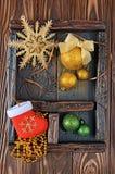 葡萄酒有金黄和绿色圣诞节球的玻璃盖匣在木背景 库存图片