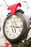 葡萄酒有题字新年快乐纽约和圣诞老人帽子的街道时钟在他们 免版税库存图片