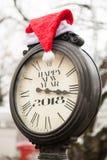 葡萄酒有题字新年快乐2018年和圣诞老人盖帽的街道时钟在他们 库存图片