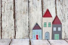 葡萄酒木五颜六色的房子装饰的图象在木桌上的 免版税库存图片