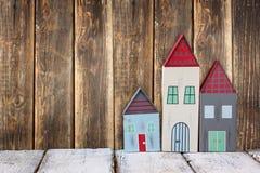 葡萄酒木五颜六色的房子装饰的图象在木桌上的 免版税库存照片