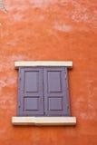 葡萄酒木头视窗 免版税库存照片
