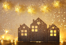 葡萄酒木房子装饰的低调和抽象被过滤的图象在木桌和星诗歌选上的 图库摄影