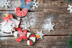 葡萄酒木杉树戏弄棒棒糖、响铃和雪花在土气书桌上 库存图片