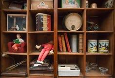 葡萄酒木架子的装饰的Tintin可笑的英雄与减速火箭的玩具的和纪念品在老房子里 免版税库存照片