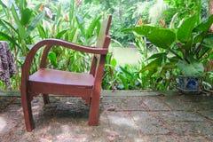 葡萄酒木椅子在庭院里 库存照片