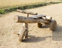 葡萄酒木玩具汽车 免版税库存照片