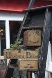 葡萄酒木箱在一个木楼梯站立在Portobello路的待售 免版税库存图片