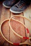 葡萄酒木网球拍 免版税库存照片