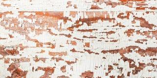 葡萄酒木表面,与削皮油漆白色棕色纹理的背景 您的文本的地方 库存图片