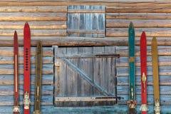 葡萄酒木被风化的ski& x27的汇集; s 免版税库存图片