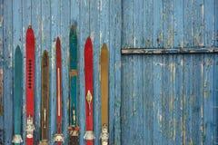 葡萄酒木被风化的ski& x27的汇集; s 免版税库存照片