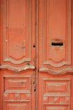葡萄酒木门绘了与letterbox孔的红色 免版税库存照片