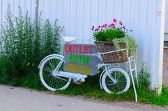 葡萄酒杂货自行车 免版税库存照片