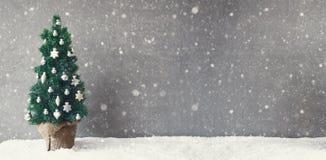 葡萄酒杉树横幅,雪花,圣诞节球装饰品,拷贝空间 免版税库存照片