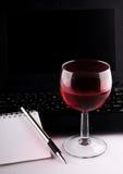 葡萄酒杯、膝上型计算机和笔记本 免版税图库摄影