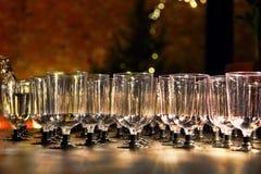 葡萄酒杯和倾吐的酒在假日招待会桌被采取的分类 库存图片