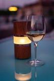 葡萄酒杯和灯在日落 免版税库存图片