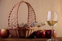 葡萄酒杯和瓶在篮子 图库摄影