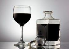 黑葡萄酒杯和水晶蒸馏瓶 免版税库存图片