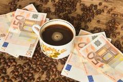 葡萄酒杯子无奶咖啡和欧洲钞票 库存照片