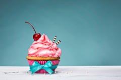 葡萄酒杯形蛋糕用在上面的樱桃 免版税库存图片