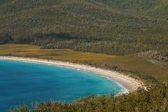 葡萄酒杯海湾白色沙子新月形绿松石水特写镜头  库存照片
