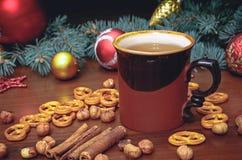 葡萄酒杯热的茶用在用杉木装饰的木背景的薄脆饼干 库存图片