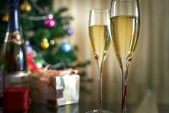 葡萄酒杯香槟、圣诞节云杉和礼物 图库摄影