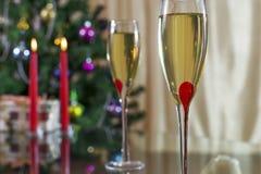 葡萄酒杯,圣诞树、蜡烛和礼物 免版税库存照片