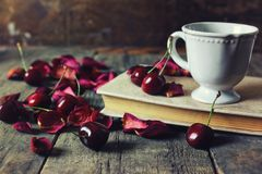 葡萄酒构成在木背景的樱桃莓果 图库摄影
