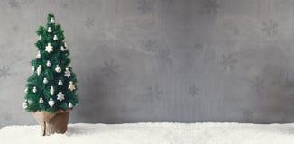 葡萄酒树横幅,雪花,圣诞节球装饰品,拷贝空间 免版税库存图片