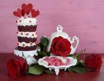 葡萄酒样式三倍层数红色天鹅绒杯形蛋糕 库存照片