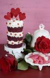 葡萄酒样式三倍层数红色天鹅绒杯形蛋糕 免版税库存照片