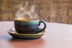 葡萄酒样式准备服务的咖啡杯 免版税库存图片