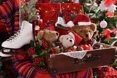 葡萄酒样式坐在ch前面的老手提箱的玩具熊 免版税库存图片