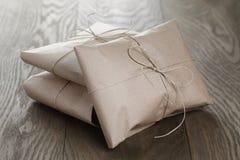 葡萄酒样式小包包裹与绳索 库存照片