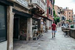 葡萄酒样式欧洲老建筑学和游人在威尼斯,意大利 库存图片