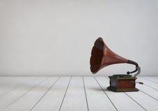 葡萄酒样式留声机在一间空的屋子 3d例证 免版税库存图片