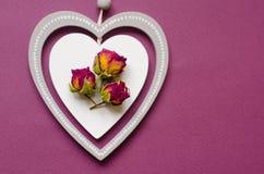 葡萄酒样式装饰木白色心脏,与redk上升了,破旧别致和浪漫 日s华伦泰 免版税库存图片
