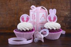 葡萄酒样式婴儿送礼会杯形蛋糕和礼物盒 免版税库存照片