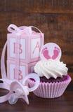 葡萄酒样式婴儿送礼会杯形蛋糕和礼物盒 免版税图库摄影