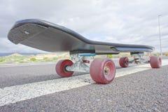 葡萄酒样式Longboard黑色滑板 免版税库存照片