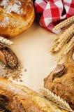 葡萄酒框架用新鲜的传统面包 库存图片