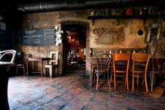 葡萄酒桌和椅子在时髦的undeground酒吧 库存图片