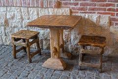 葡萄酒桌和椅子野蛮装卸 库存图片
