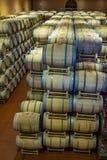 葡萄酒桶在古色古香的地窖里 有被堆积的橡木的洞穴状葡萄酒库为成熟红葡萄酒滚磨 图库摄影