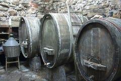 葡萄酒桶在地窖里 库存图片