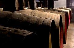 葡萄酒桶在老化地窖里 免版税库存图片